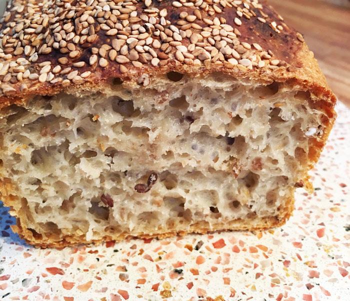 Nybagt brød med sej krumme