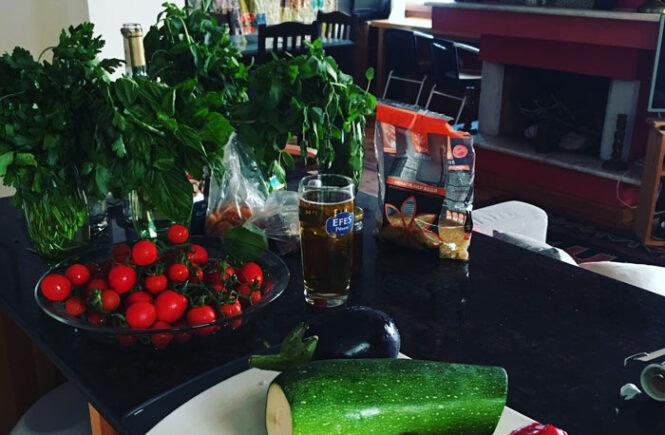Lejlighed i kas med friske grøntsager fra markedet