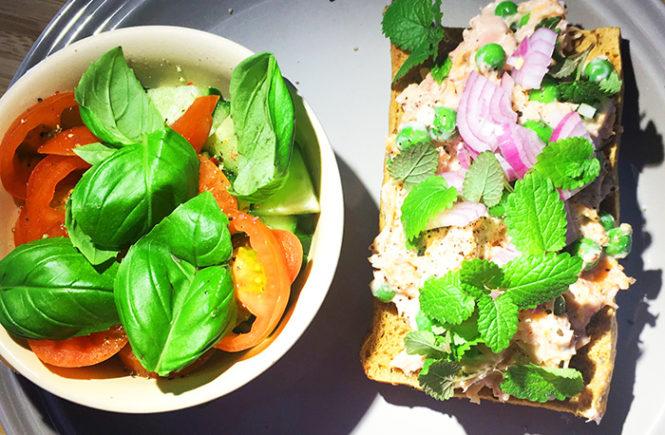 åben tunmousse sandwhich med ærter, gulerod, rødløg og mix salat