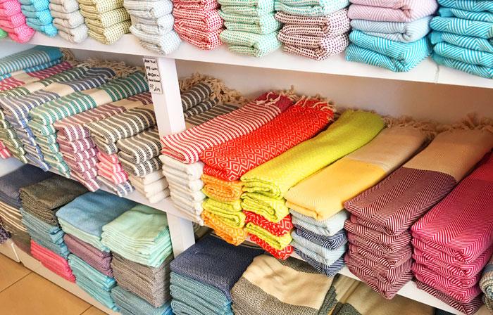 Tyrkiske håndklæder fås i mange farver og mønstre