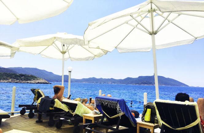 Solskinsvejr i Kas, på en beach club ligger folk og solbader